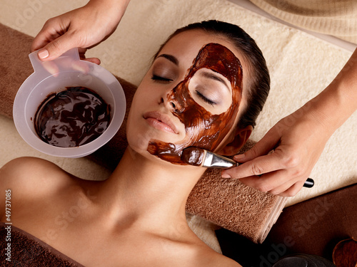 Photo  Spa therapy for woman receiving cosmetic mask