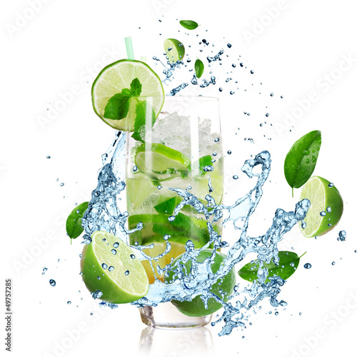Spoed Foto op Canvas Opspattend water Mojito cocktail with splashing liquid