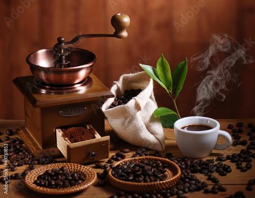Staande foto Koffiebonen tazza di caffè espresso con macinino in legno