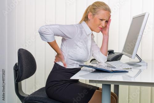 Fotografia  Frauen im Büro mit Rückenschmerzen