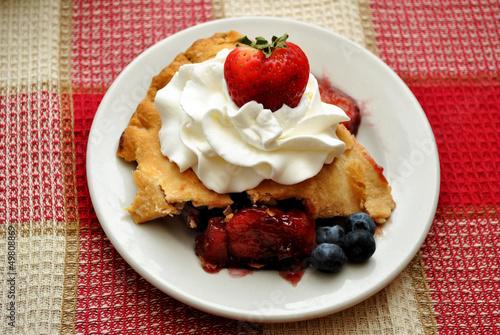 Photo  Fresh Fruit Pie on a White Plate