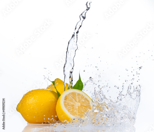 Foto op Plexiglas Opspattend water Fresh lemons with water splash, isolated on white background