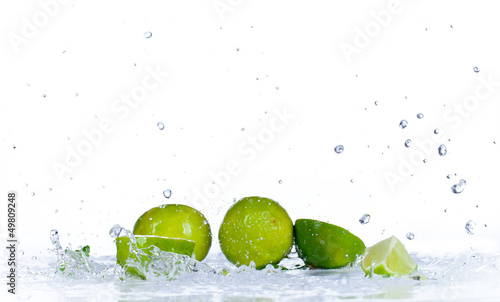 Spoed Foto op Canvas Opspattend water Fresh limes with water splash, isolated on white background