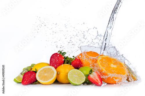 Naklejka na szybę Świeże owoce ze strumieniem wody