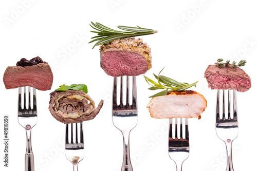 Foto op Canvas Vlees Verschiedene Sorten Fleisch auf einer Gabel