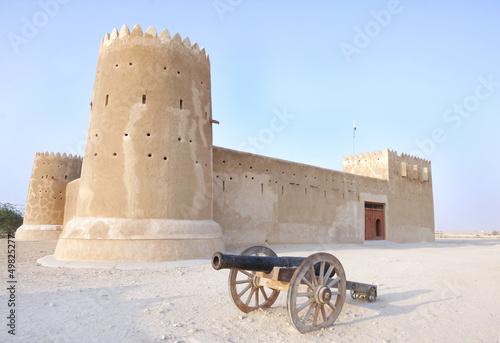 In de dag Vestingwerk A vintage canon & Zubarah fort, Qatar