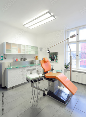 Fototapety, obrazy: Moderner Behandlungsraum in Zahnarztpraxis