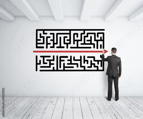 Foto man drawing maze