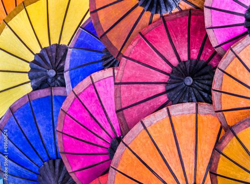 wielokolorowe-parasole-na-nocnym-rynku-poludniowo-wschodni
