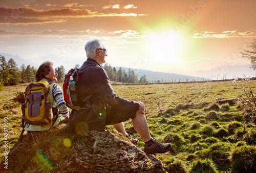 Obraz na płótnie senioren beim wandern im Sonnenuntergang / autumn hiking 18