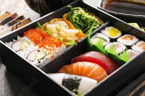 Recess Fitting Sushi bar bento box mit Sushi und rolls