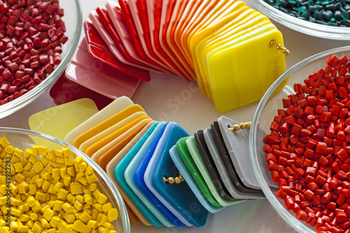 Fotografía  colorful plastic masterbatch granules and plastic sheets