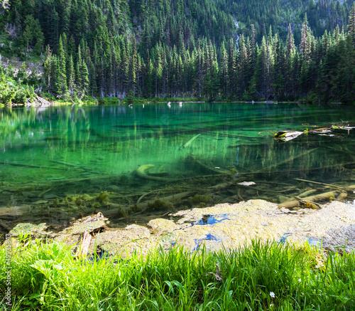 Fototapeten Wald Lake in mountains