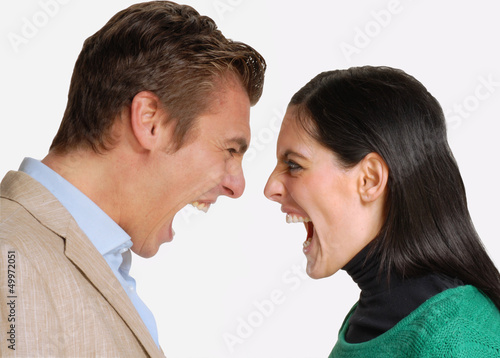 Fotografía  Pareja joven discutiendo,gritando,peleando.