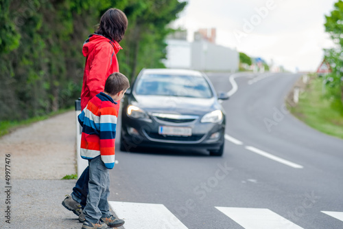 Foto Car stopped for pedestrian