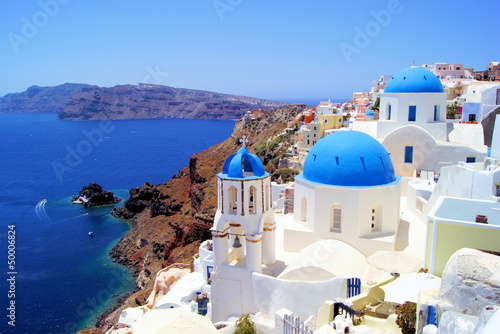 Keuken foto achterwand Santorini Blue and white churches of Oia village, Santorini, Greece