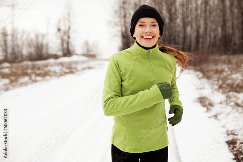 La pose en embrasure Glisse hiver Woman running in winter