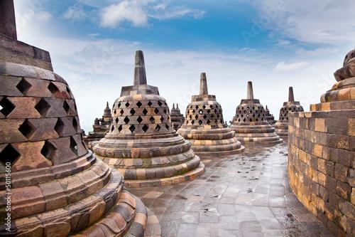 stupy-statua-od-borobudur-na-jawa-indonezja