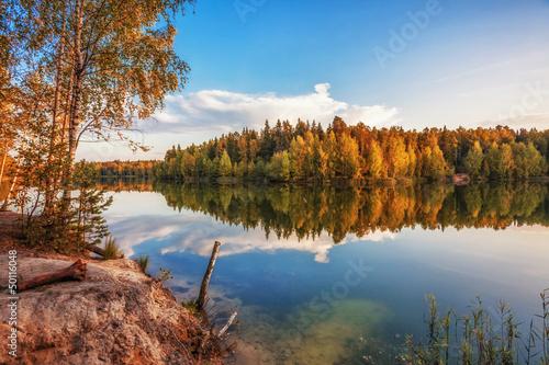 jesienne-jezioro-w-poblizu-lasu