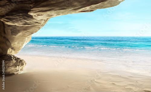 widok-z-jaskini-na-tropikalnej-plazy