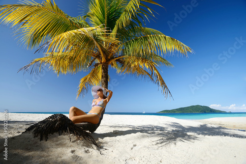 Foto-Kissen - Dreaming woman sitting on the beach under a palm tree on a beaut