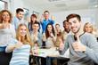 canvas print picture - Studenten halten Daumen hoch in der Uni