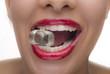 canvas print picture - Schöner weiblicher Mund mit Eiswürfel