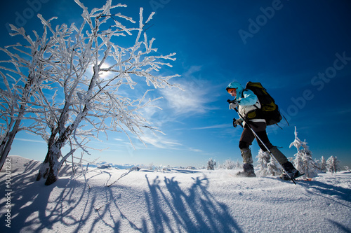 Poster Glisse hiver Hiker in winter mountains