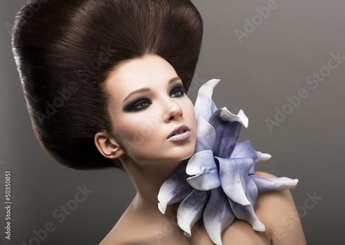 ekstrawagancja-elegancka-kobieta-z-lily-stylowa-fryzura-luksus