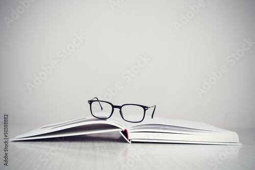 Fotomural  Glasses on book