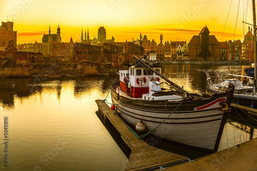 Obraz Gdańsk - historyczne polskie miasto o zachodzie słońca - fototapety do salonu