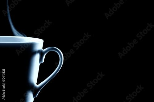 pol-parze-filizanke-kawy-na-czarnym-tle