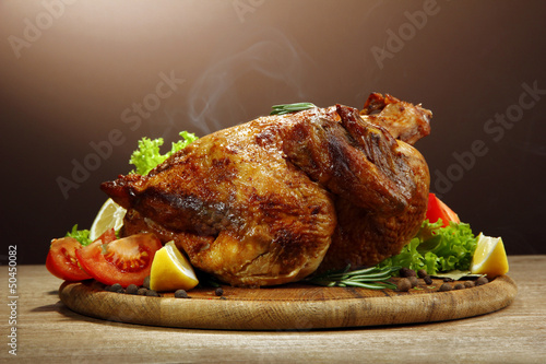 Fotografia Whole roasted chicken with vegetables,