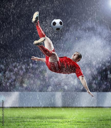 In de dag voetbal football player striking the ball
