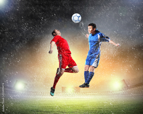 In de dag voetbal two football players striking the ball