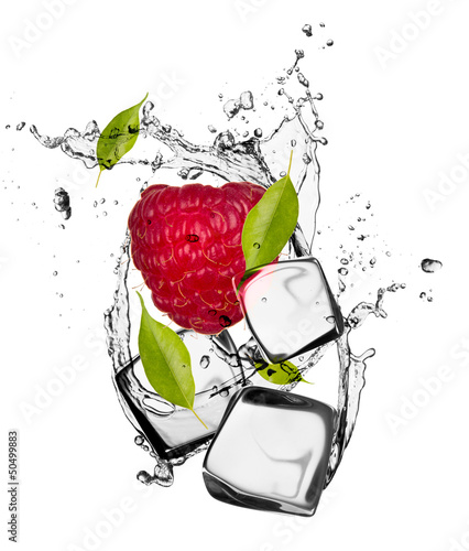 Poster Eclaboussures d eau Raspberry with ice cubes, isolated on white background