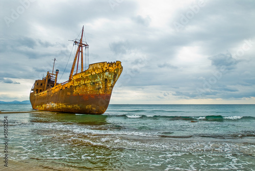 In de dag Abandoned and deserted ship by sea shore shipwreck