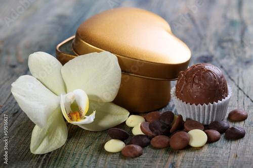 czekoladki-biale-kwiaty-i-zlote-puedlko-w-ksztalcie-serca