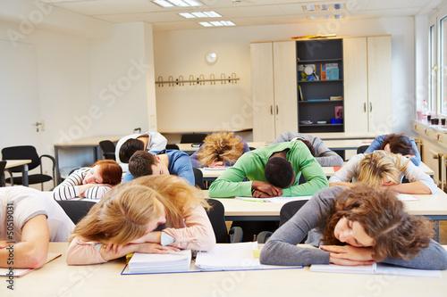 Photo Viele Schüler schlafen im Unterricht