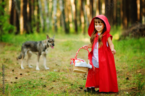 "Fotografía  wolf pursues the girl. the fairy tale "" Red Riding Hood"""