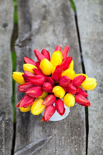 czerwony-i-zolty-tulipan-na-drewniane-tla