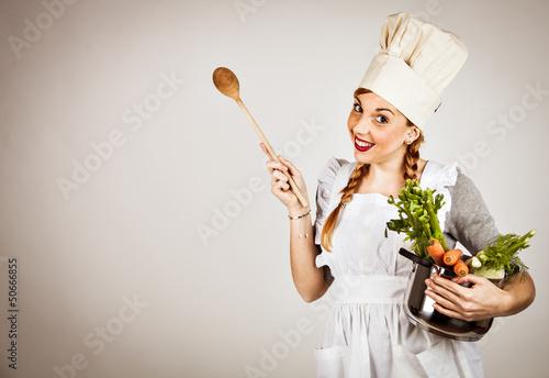 Fotografía  Cuoca in cucina con ortaggi