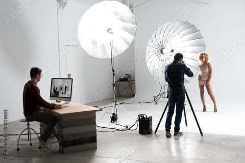 Fotografía  Photographer working with a Cute Model in a Professional Studio