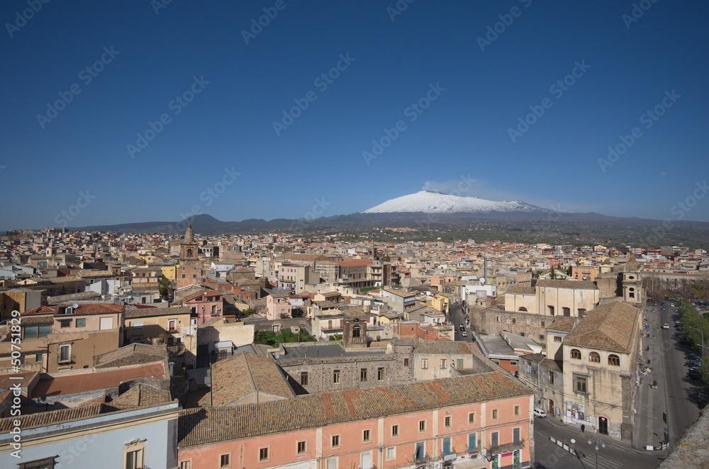 Fényképezés  houses of Adrano with Etna voltano at the horizon