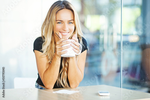 Photo sur Toile The woman drinking coffee in the morning at restaurant