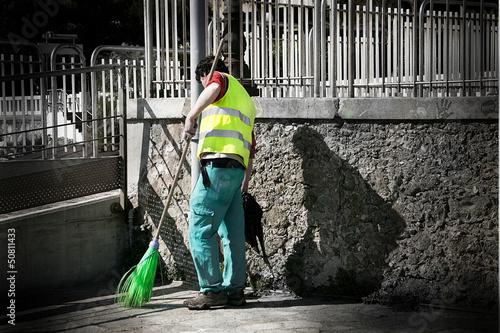 operatore ecologico al lavoro
