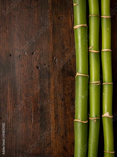 bambus-na-drewnianym-tle