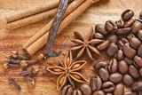 Fototapeta Coffie - Kawa z przyprawami na tle drewna