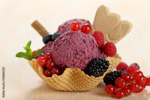 gelato ai frutti di bosco con frutta in coppa di cialda - 50866230