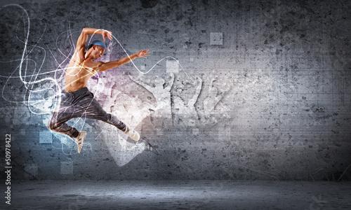 mlody-czlowiek-tanczy-hip-hop-z-kolorowymi-liniami
